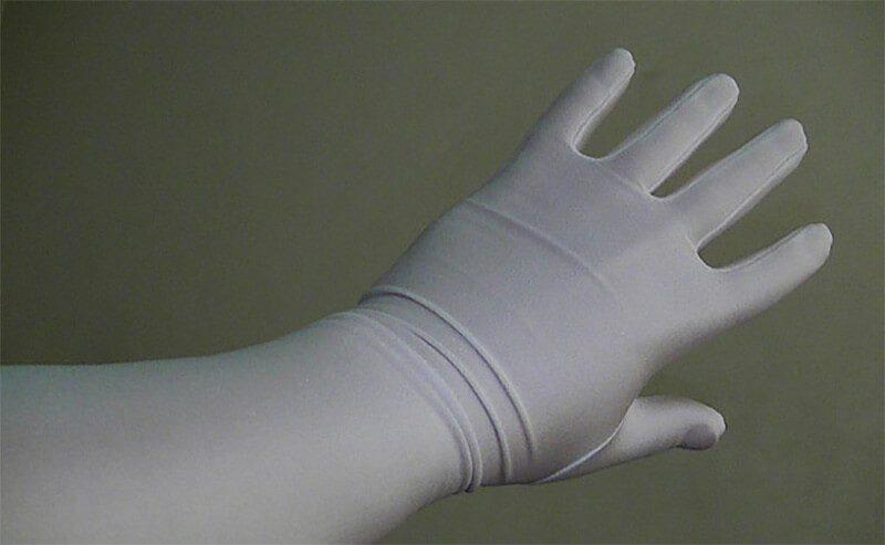 Đừng quên mang gang tay khi vệ sinh nhà cửa hay rửa bát, giặt đồ
