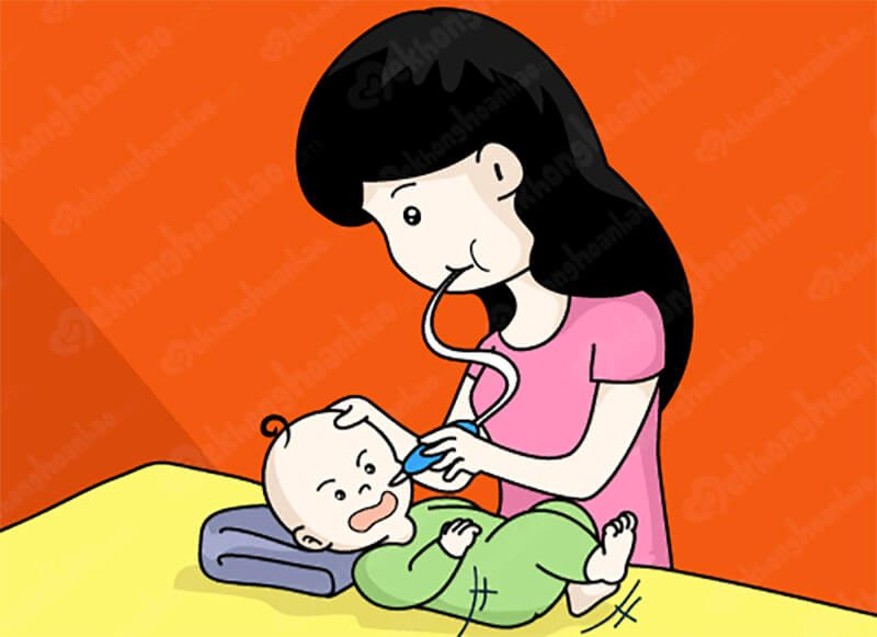 Vệ sinh mũi cho bé bằng dụng cụ hút mũi. (Ảnh minh họa)