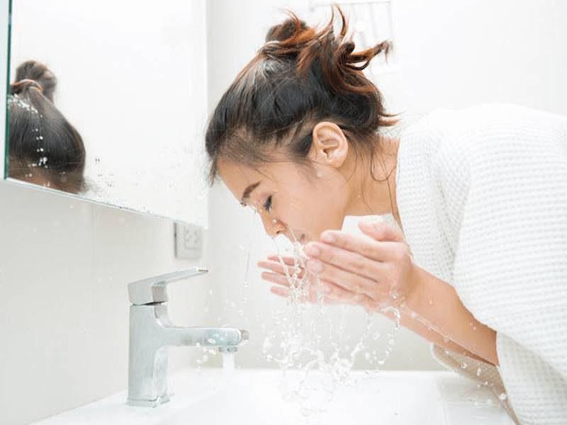 Sau 2-3 ngày thì bạn có thể rửa mặt được