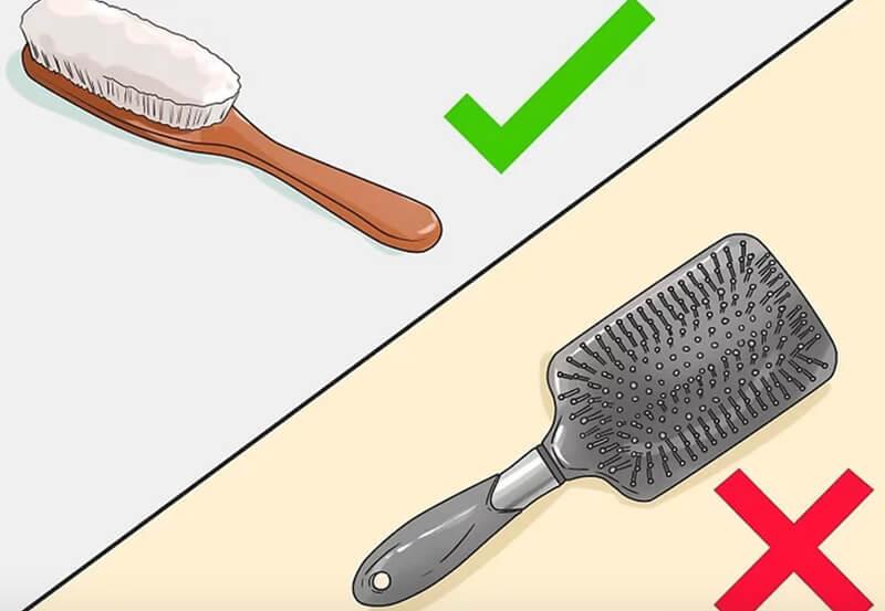 Chải tóc với cây chải lông tự nhiên