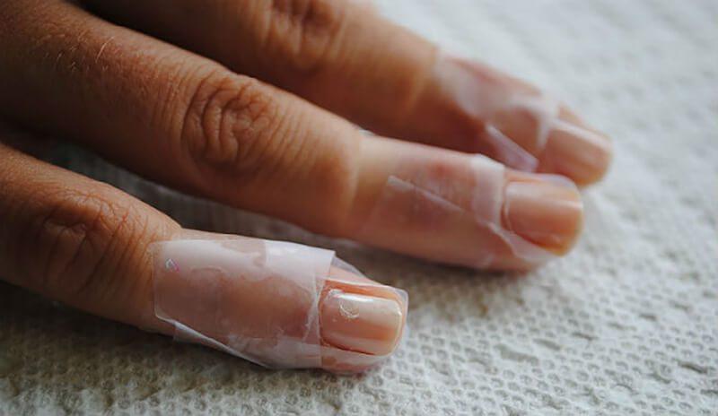 Băng dính giúp bạn thoát nỗi lo sơn móng bị lem
