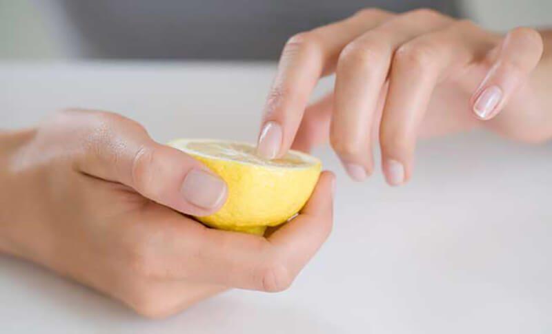 Dùng chanh để làm sạch móng