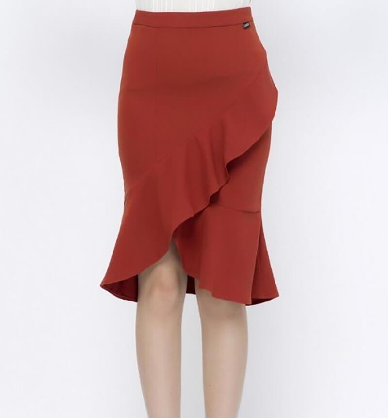 Kiểu chân váy được phối bèo chắc chắn sẽ làm toát lên nét nữ tính cho bạn gái công sở.