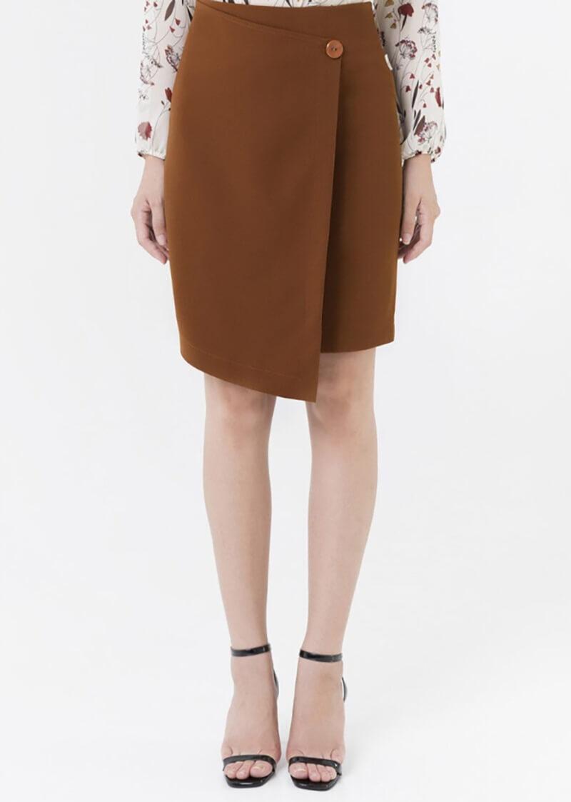 Chân váy công sở vạt lệch đem đến vẻ ngoài ngọt ngào, trẻ trung cho cô nàng công sở.